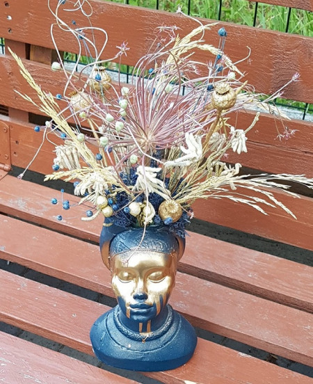 Aranjament cu flori uscate in vaza statuie