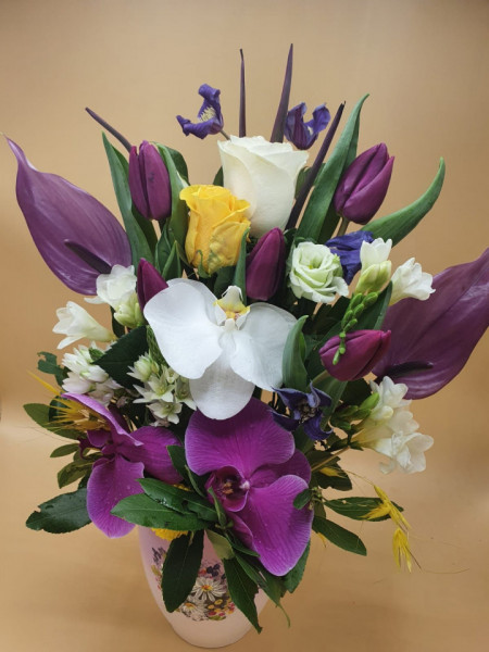 aranjament-floral-cu-lalele-in-vas-pictat-