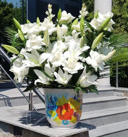 aranjament-crini-trandafiri-albi-in-vas-1