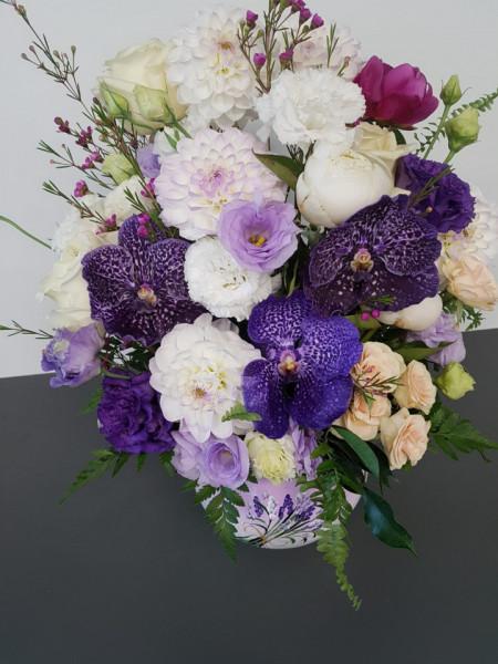 aranjament-floral-orhidee-mov-bujori-trandafiri