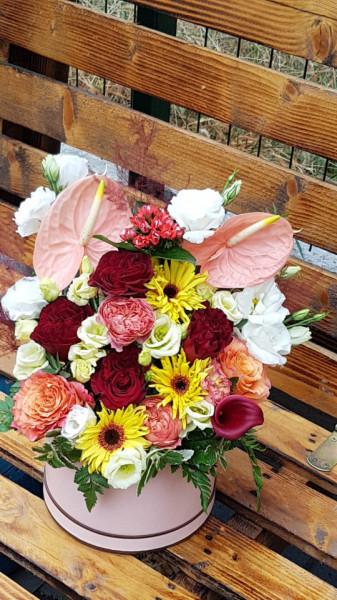 Cutie-cu-flori-rafinate-cale
