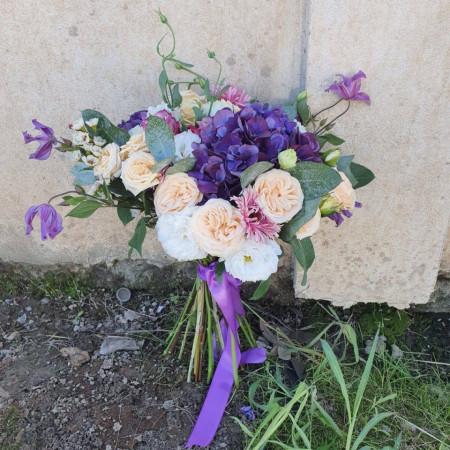 Aranjament-floral-cu-Hortensie-minirosa
