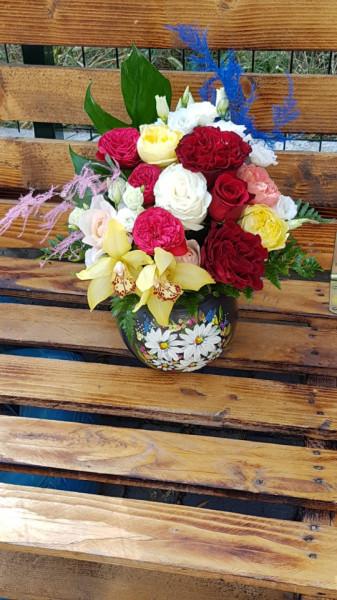 aranjament-cu-trandafiri-de-lux-in-vas-pictat