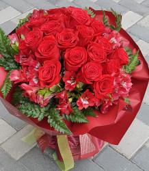 Buchet 35 Trandafiri rosii si Alstroemeria