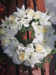 Coroana funerara flori albe 40 cm - Crini, Trandafiri, Crizanteme