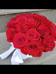 Cutie cu 19 trandafiri rosii