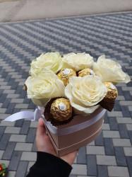 Cutie inimă mică cu trandafiri albi si praline
