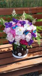 Aranjament Floral cu Bujori in cutie cu fluturi