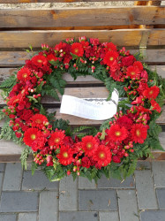 Coroana funerara cu flori rosii 70 cm