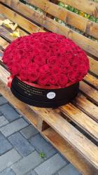 Aranjament 99 de trandafiri in cutie
