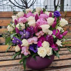 Aranjament floral mare cu bujori și orhidee