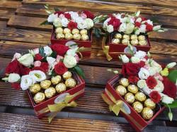 Cutie Cadou cu Praline si flori