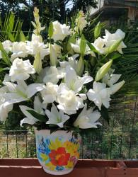 aranjament-crini-trandafiri-albi-in-vas