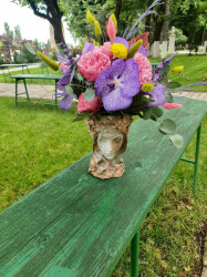 Aranjament floral in vaza statuie