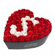 Aranjament floral personalizat cu litera cutie inima neagra cu 49 trandafiri de sapun