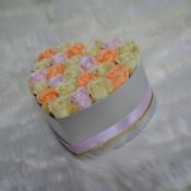 Aranjament floral Spring Tentation cutie inima cu 25 trandafiri sapun