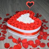 Aranjament floral Tresor Roses cutie inima cu 51 trandafiri sapun