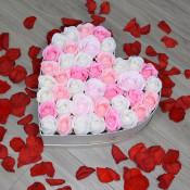 Aranjament floral Miracle Love cutie inima cu trandafiri sapun