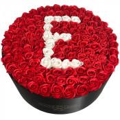 Aranjament floral personalizat cu litera cutie rotunda neagra cu 125 trandafiri de sapun
