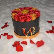Aranjament floral Blossom Wish cutie rotunda cu 21 trandafiri sapun