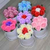 Aranjament floral Glamour Flower cutie rotunda cu 7 trandafiri sapun
