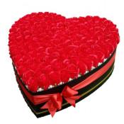 Aranjament floral inima 151 trandafiri din sapun rosii in cutie