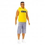 Papusa Ken brunet cu tricou galben cu gluga si pantaloni gri
