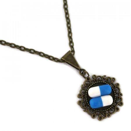 Colier cu pandantiv rotund model floral si pastilute din rasina albastre