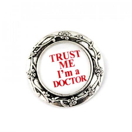 Brosa argintie personalizata cu text doctor- M2