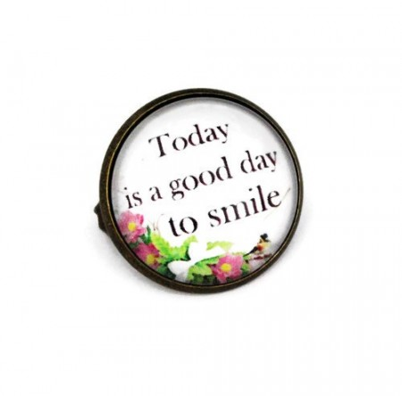 """Brosa cu mesaj personalizat """"Today is a good day to smile"""""""