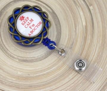 """Accesoriu ecuson albastru cu mesajul """"Keep calm, I'm a doctor"""" - floricica bronz"""