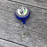 Accesoriu ecuson albastru, retractabil, personalizat cu pastiluta fimo verde deschis