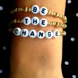 "Set bratari cu mesajul ""Be the change"""