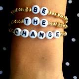 "Set bratari cu mesajul ""Be the change"""