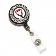 Accesoriu ecuson negru, retractabil, personalizat din fimo cu stetoscop in forma de inimioara