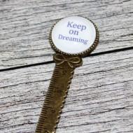 """Semn de carte, cu mesajul - """"Keep on Dreaming"""""""