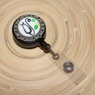 Accesoriu ecuson negru, retractabil, personalizat cu pastiluta fimo verde inchis