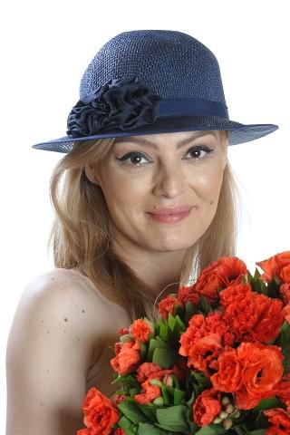 Palarie de soare dama, bleumarin, accesorizata cu banda satinata si doua flori
