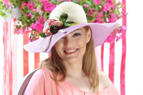 Palarie de vara dama, culoare bej si lila, decorata cu aranjament floral