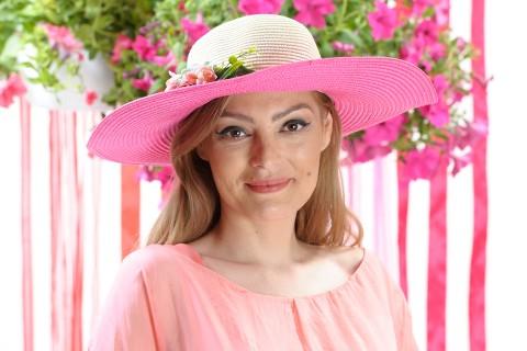 Palarie de vara dama, culoare bej si roz ciclam, decorata cu aranjament floral