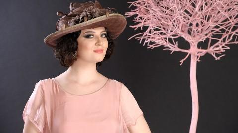 Pălărie damă elegantă, culoare bej-cupru, decorată cu flori, pene și petale