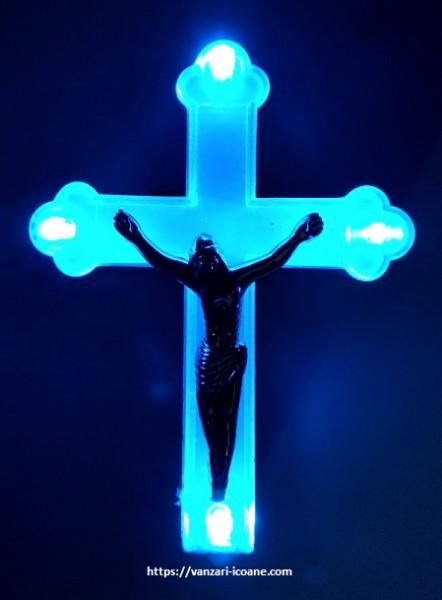 Cruce veioza cu lumina albastra conectare la priza