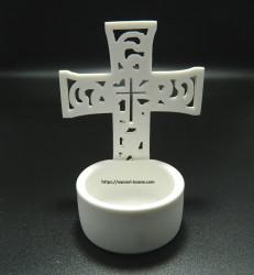 Candela tip cruce din ceramica alba
