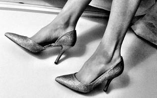 Cum porti pantofii sport la birou