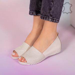 Заложете на бежови сандали от естествена кожа