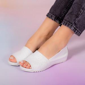 Заложете на бели сандали от естествена кожа