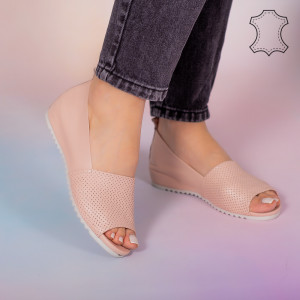 Заложете на розови сандали от естествена кожа