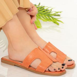 Посолете оранжеви чехли