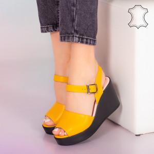 Малко жълти сандали от естествена кожа