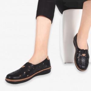 Тя има черни обувки